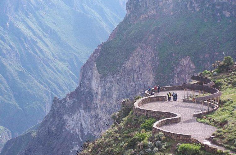 https://www.viajaraperu.com/wp-content/uploads/2009/04/800px-05.Mirador_la_Cruz_del_Condor_ca%C3%B1%C3%B3n_del_Colca_34-760x500.jpg