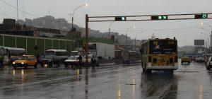 Lluvia en las calles de Lima por invierno en Perú.