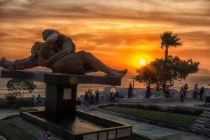 Otoño en el Malecón Cisneros de Miraflores, Lima - Perú.