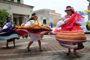 Mujeres bailando con el traje típico de la sierra