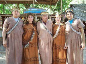 Pobladores con el traje típico de la selva